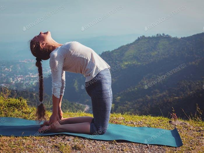 Frau tun Yoga Asana Ustrasana Kamel Pose im freien
