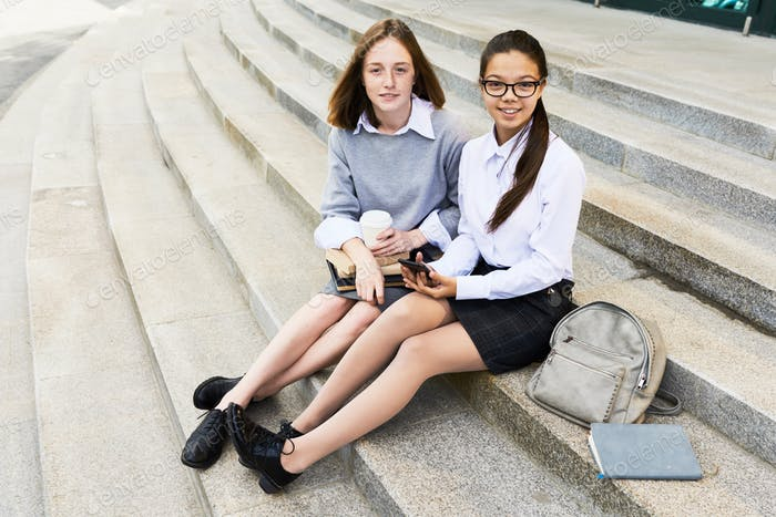 colegialas descansando en la escuela escaleras