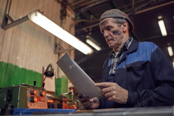 Arbeiter, die den Vertrag lesen