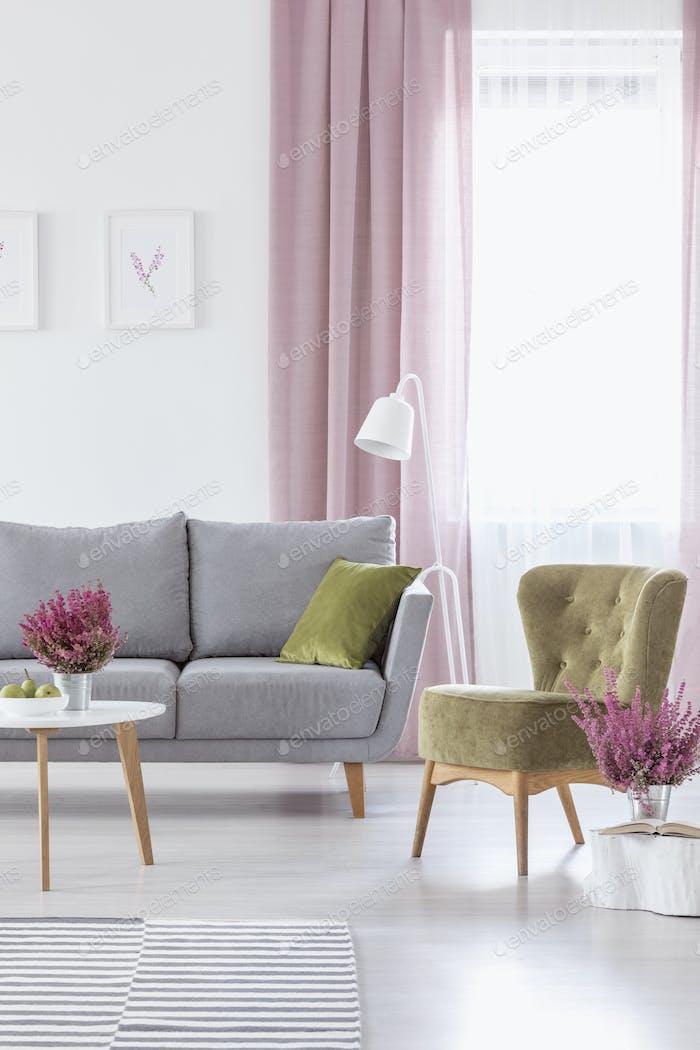 Vertikale Ansicht des eleganten Wohnzimmers mit grauer bequemen Couch