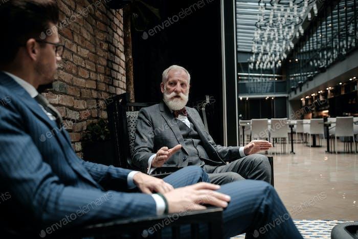 Старшие и молодые джентльмены, имеющие беседу