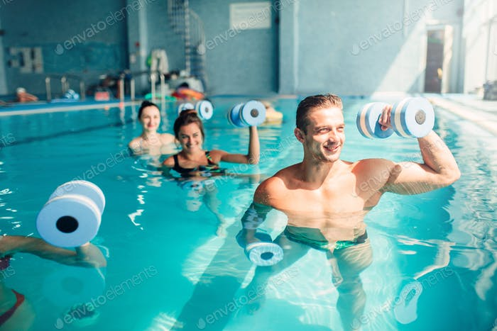 Frauen Aqua Aerobic Traninig mit Hanteln