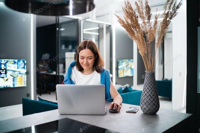 Jugador femenino jugando videojuegos desde casa usando el ordenador portátil. Vídeo en línea de prueba de jugadores profesionales