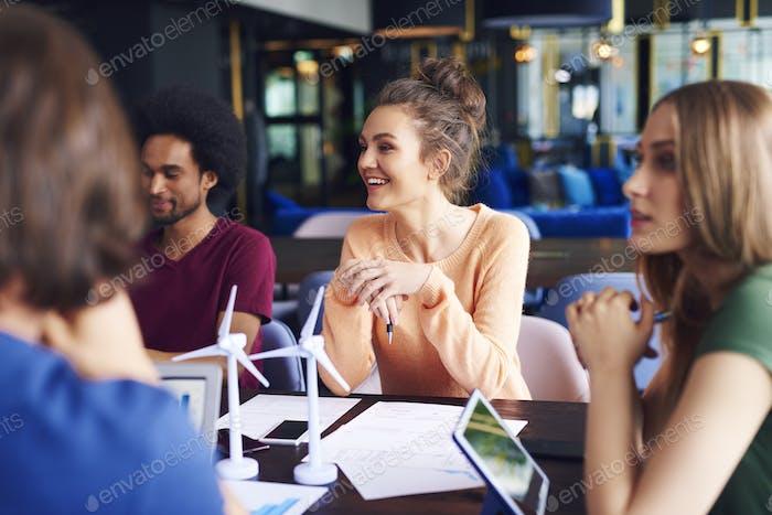 Junge Mitarbeiter sprechen am Konferenztisch