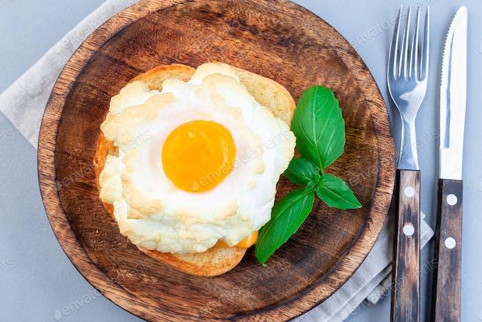 Ofen gebackene Wolke oder flauschige Eierschale auf Holzplatte, horizontal, Draufsicht