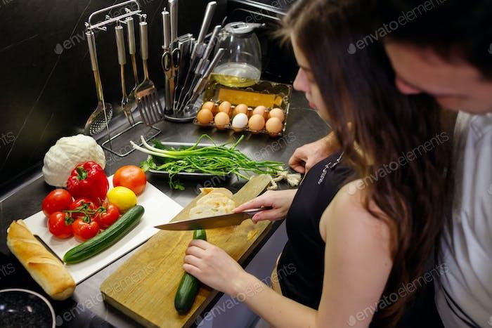 Paleo-Diät, veganes Lifestyle-Paar teilen sich einen gesunden Ernährungs-Sn