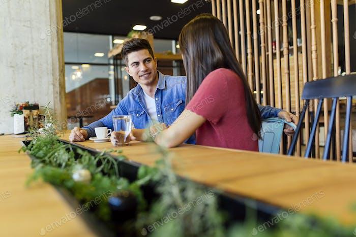 Glückliches junges Paar im Restaurant