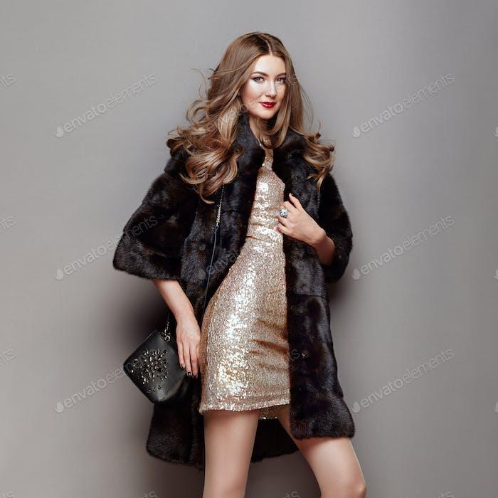 Mode Porträt junge Frau in schwarzem Pelzmantel