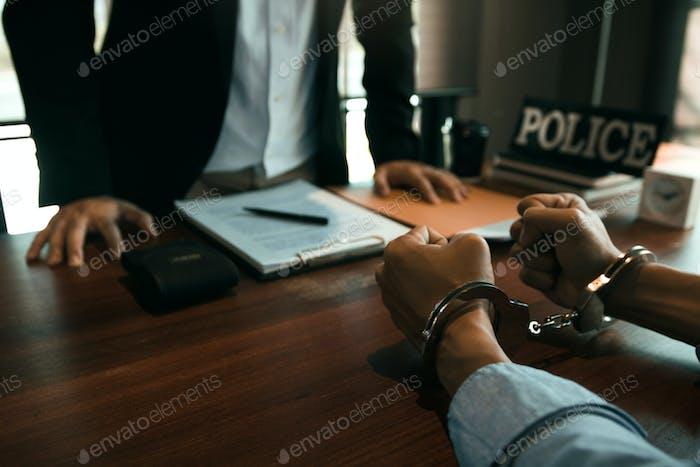 Los agentes de policía están a punto de hacer acusaciones sobre delitos de ciberacoso en la sala de oficinas.