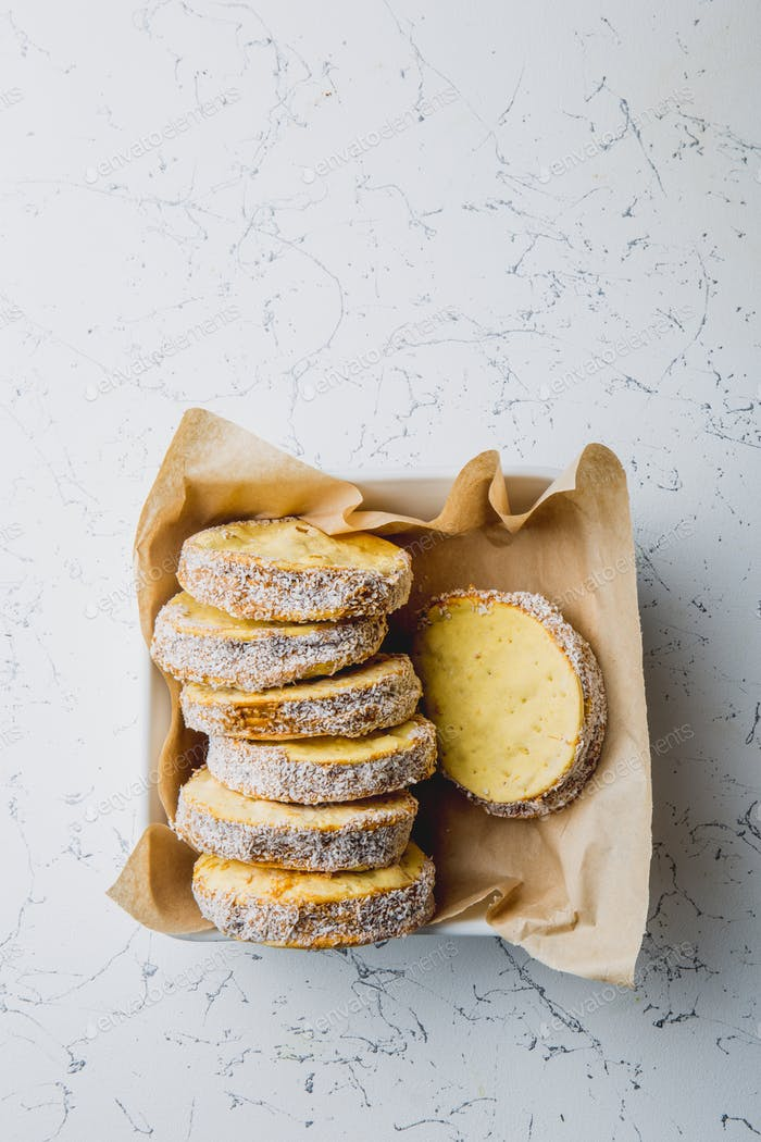 Peruanisches Essen: Süße Alfajor Kekse Portion über Serviette serviert