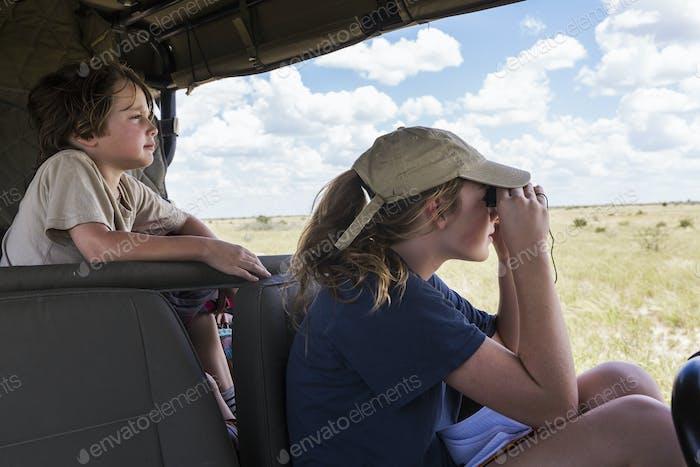Bruder und Schwester im Safarifahrzeug