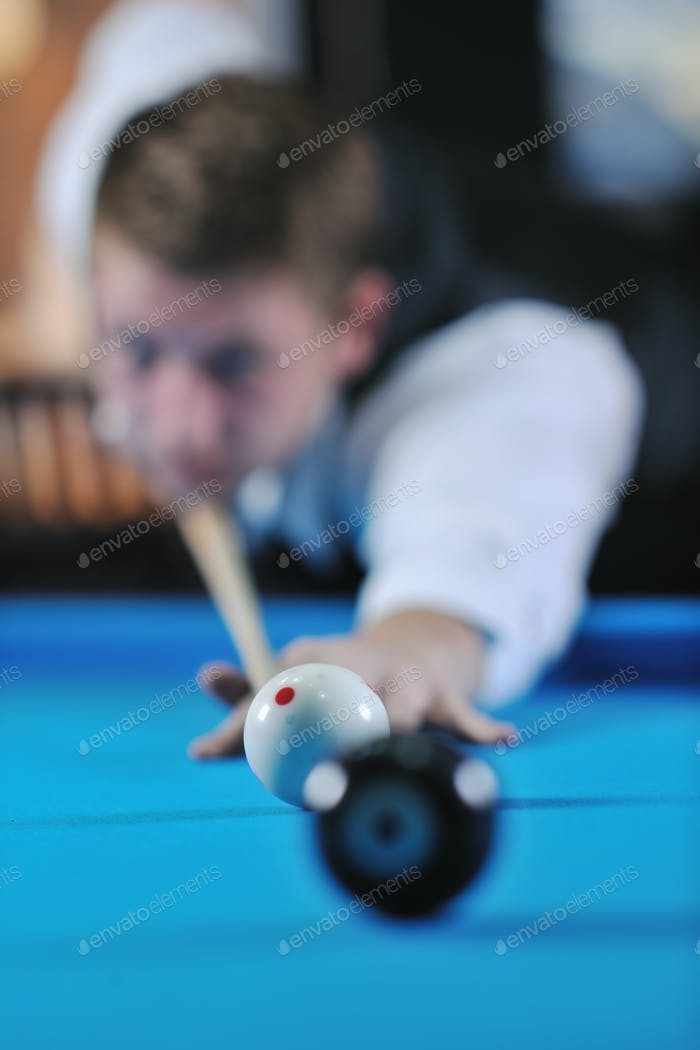 junger Mann spielen pro Billard Spiel