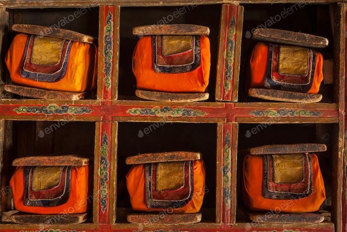 Folios von alten Handschriften in der Bibliothek des Thiksey-Klosters, Ladakh