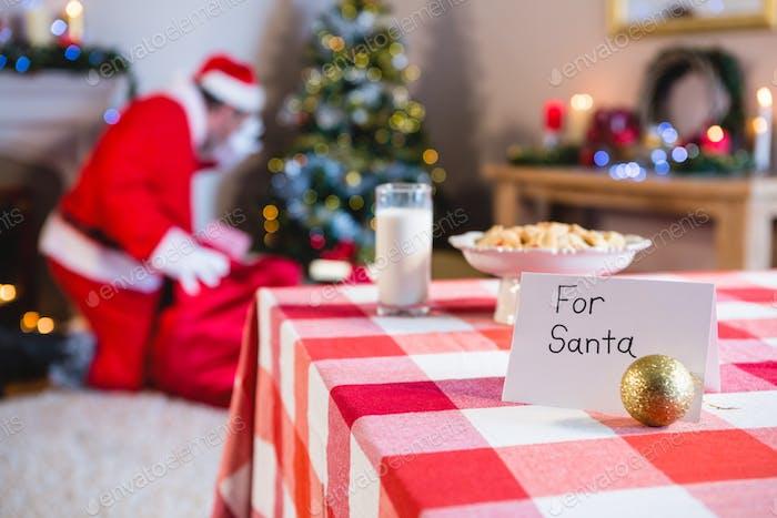 Frühstück für den Weihnachtsmann auf dem Tisch gehalten