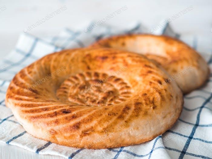 Tandoor Brot auf weißem Tisch
