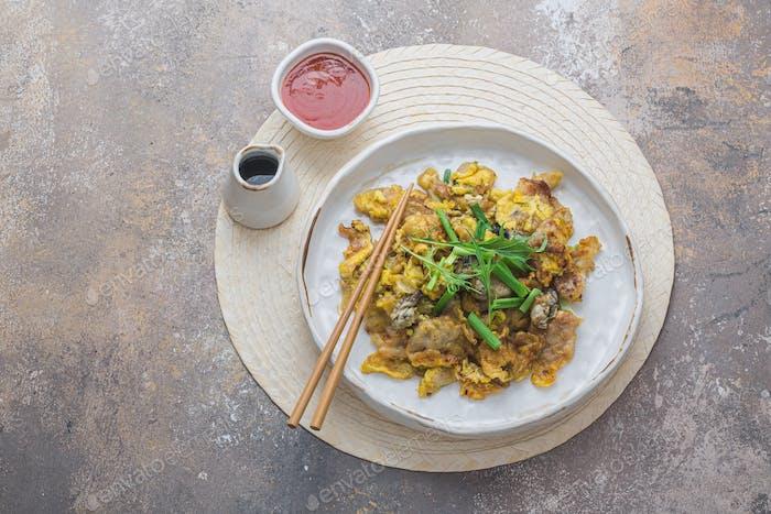Oyster Omelette mit heißer suace singapurischer Küche, Kopierraum