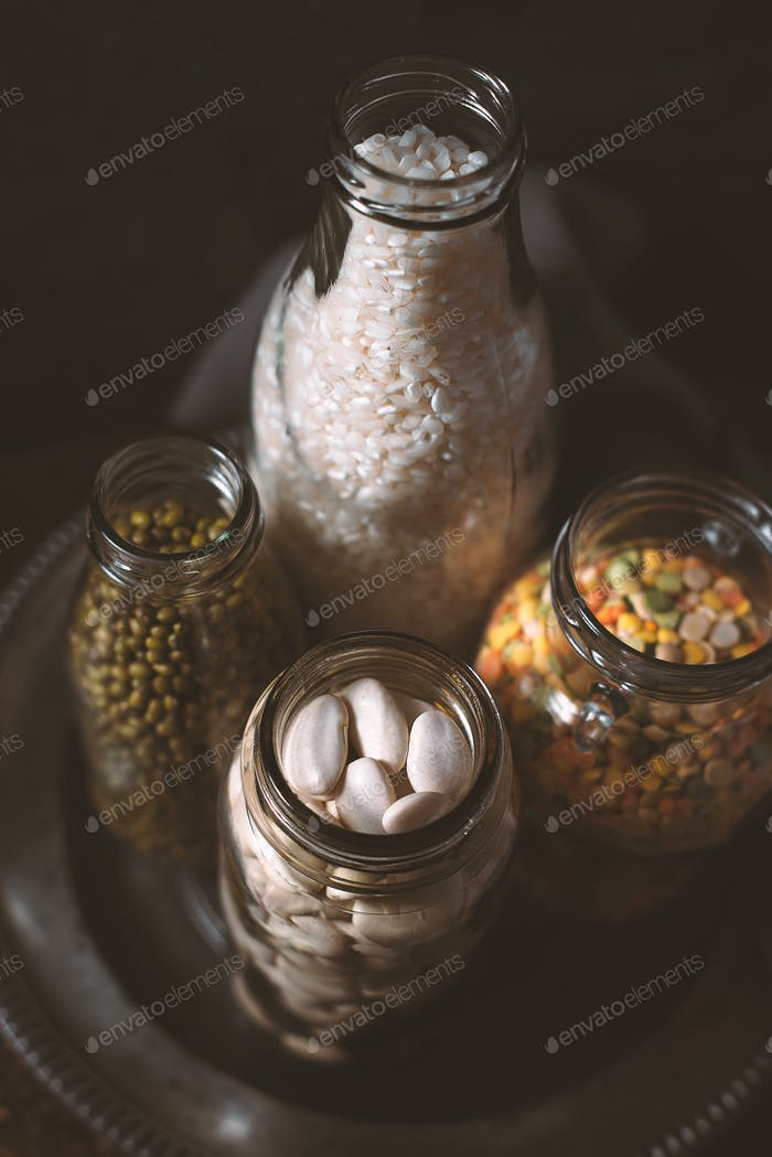 Linsen, weiße Bohnen, Reis in Glasflaschen Seitenansicht