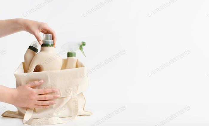 Frau sammelt natürliche Wasch- und Reinigungsmittel