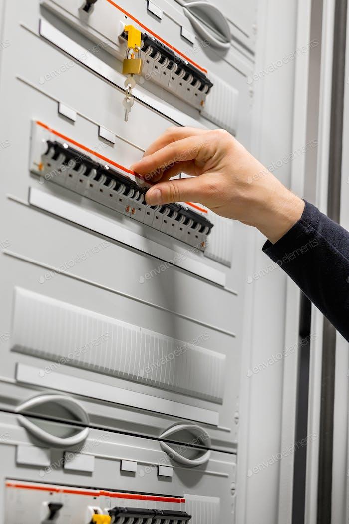 Elektroberater prüfen Sicherung im Serverraum