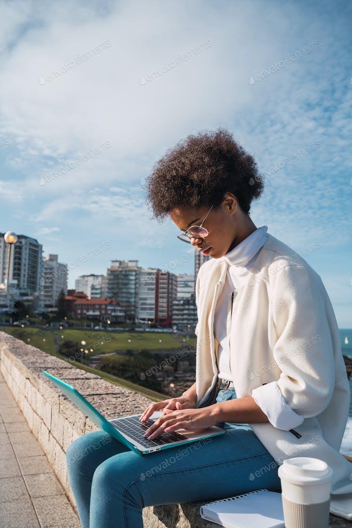 Mujer joven usando su portátil.