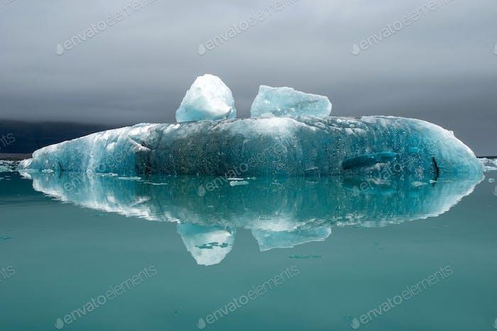 Schmelzende Eisberge als Folge des Klimawandels schweben in Jokulsarlon Gletscherlagune. Island