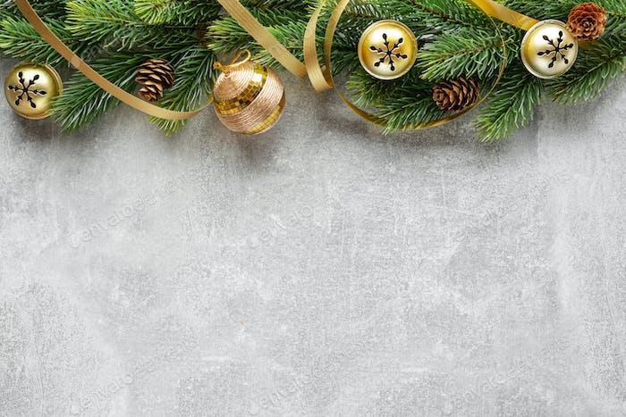Weihnachtsdeko mit Tanne und Kugeln auf grau