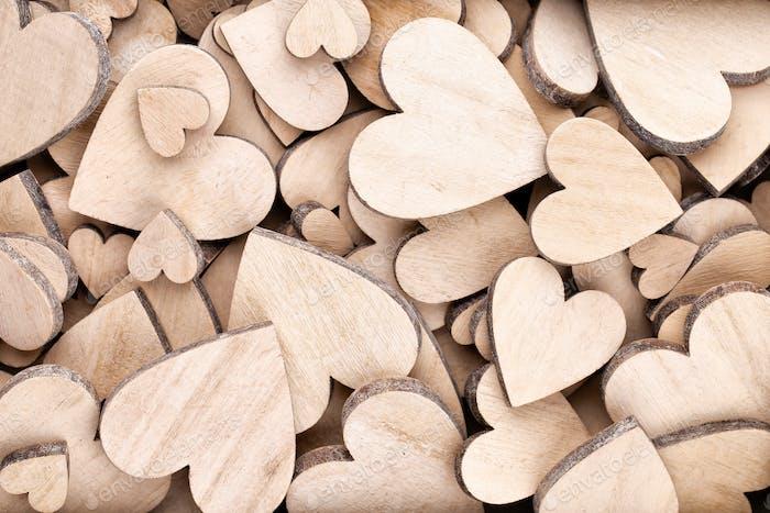 Holzherzen, ein rotes Herz auf dem hölzernen Herzhintergrund.