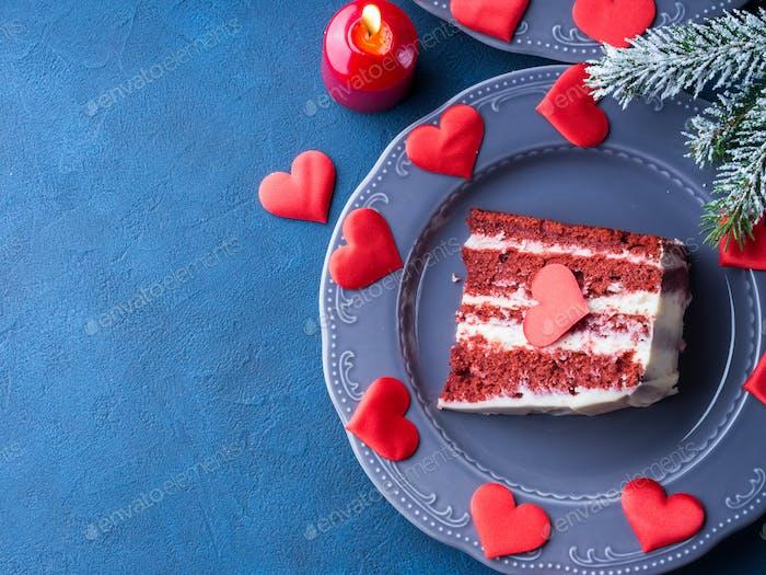 Красный бархатный торт ломтик для десерта дня Святого Валентина