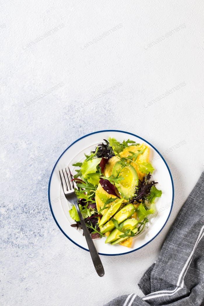 Frühstück grüne Omelette, Salatmischung und Avocado. Konzept Gesunde Ernährung am Morgen.