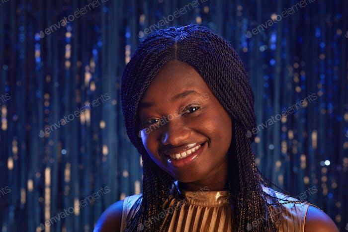 Улыбающаяся афро-американская девушка на выпускном