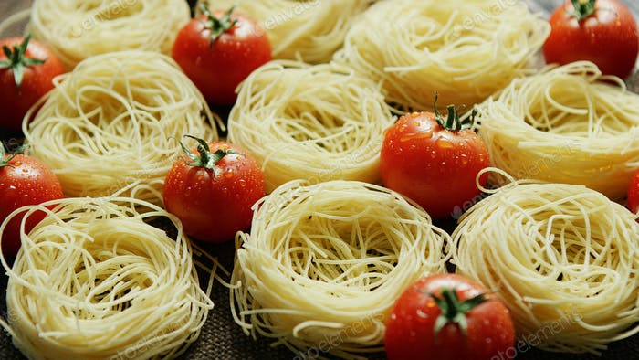 Spaghetti in rolls with fresh tomatoes