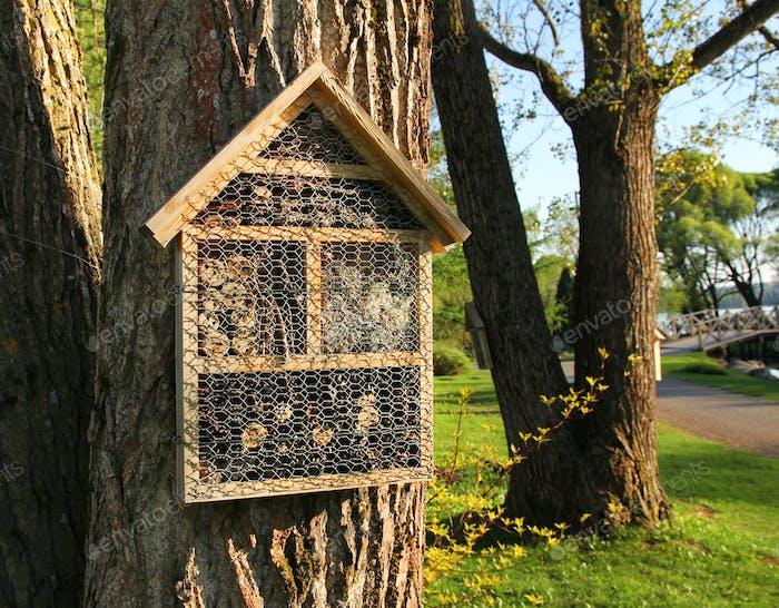 Insektenhotels auf Gartenbäumen