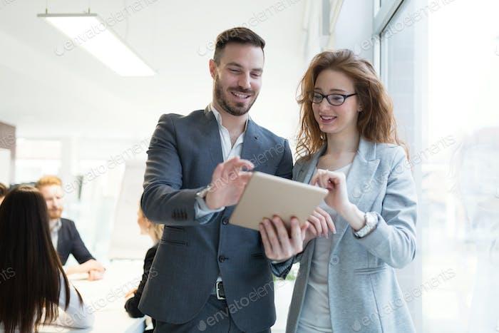 Lächelnd glückliche Kollegen arbeiten in Unternehmen