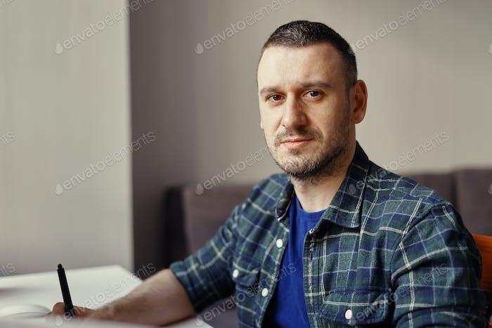 Porträt modernen Mann arbeiten aus der Ferne von zu Hause