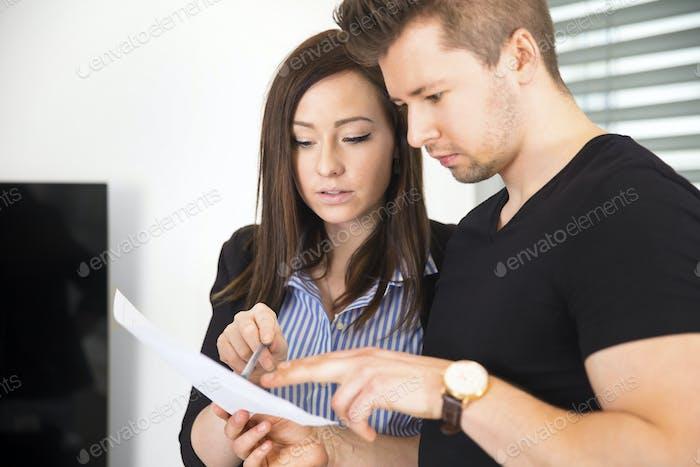 Geschäftsleute lesen Dokument in Office