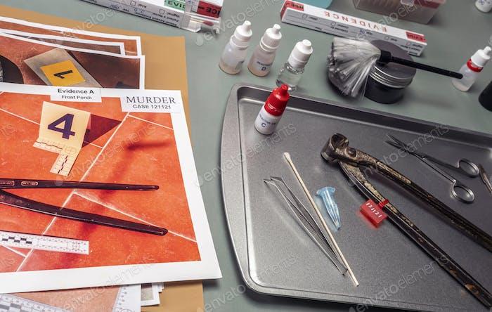 Pinzas con fotografías tomadas en la escena del crimen, laboratorio criminalístico, imagen conceptual