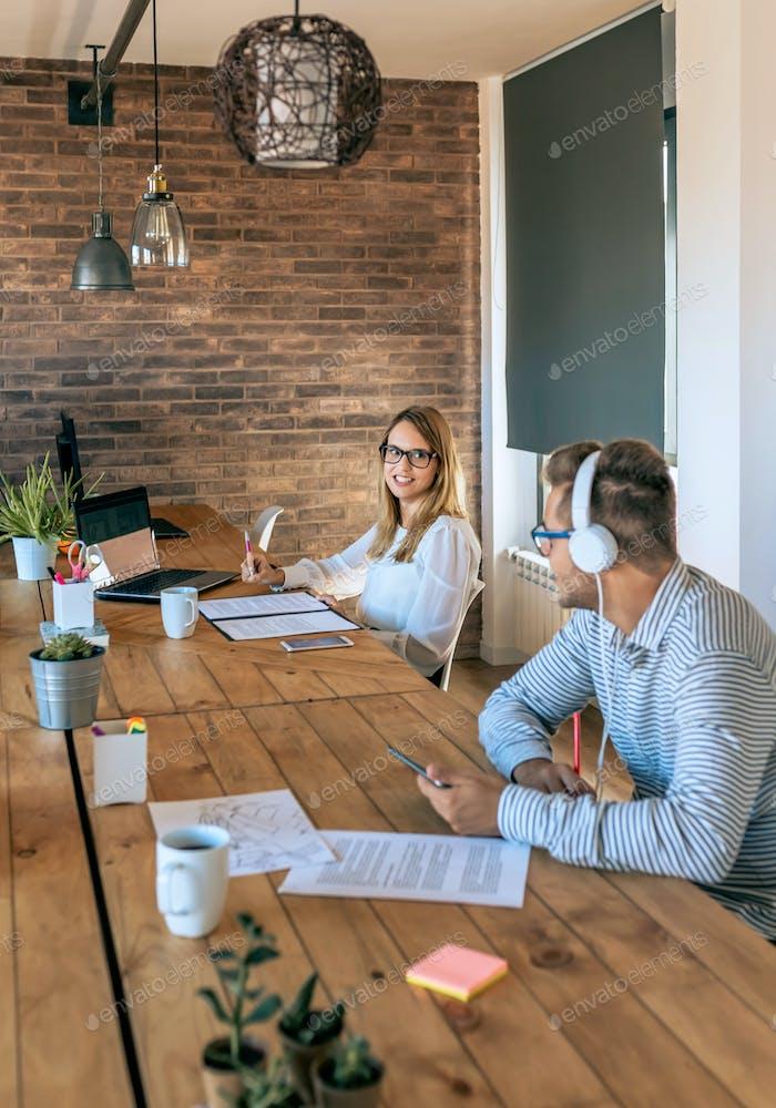 Colaboradores hablando en una oficina de coworking
