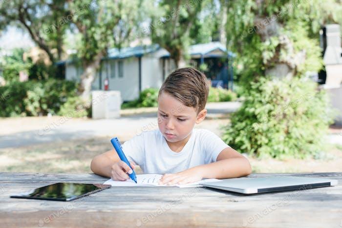 Junge Zeichnung mit Stift im Notizbuch