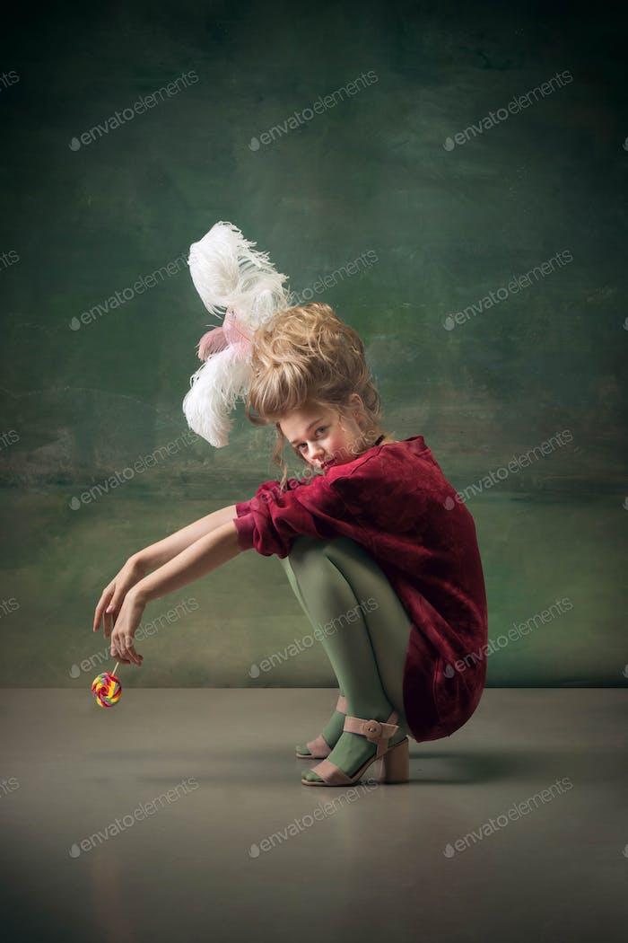 Молодая женщина, как Мари Антуанетта на темном фоне. Ретро стиль, сравнение концепции эпох