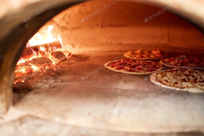 Pizza-Backen im Ofen in der Pizzeria