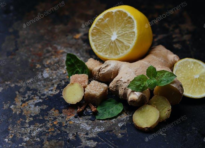 Ingwer, Zitrone und Minze auf alten dunklen Hintergrund