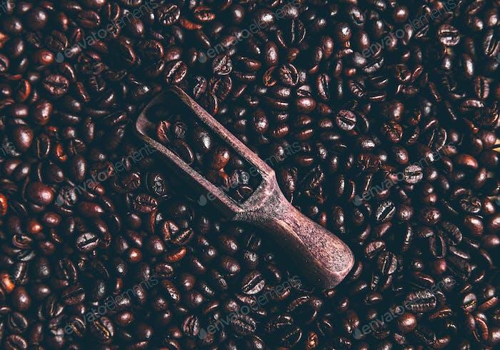 Kaffeebohnen und eine alte Holzschaufel