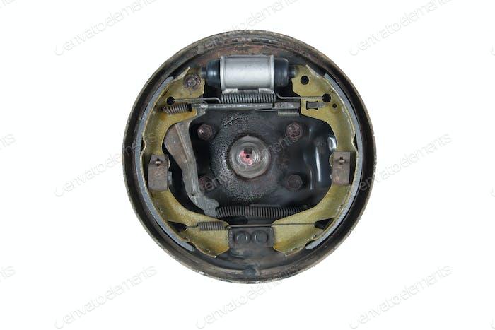 Neue Bremsbeläge und Zylinderbremstrommel (isoliert)