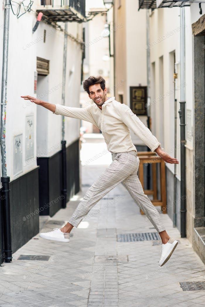 Junge lustige Mann springen auf der Straße