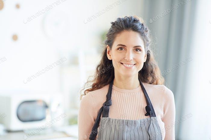 Junge Erwachsene Frau in Schürze
