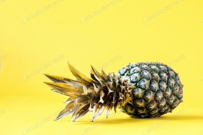 Kreatives Layout gemacht goldene Ananas auf hellgelbem Hintergrund.Minimaler Stil.