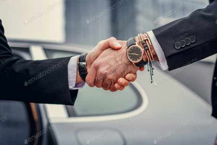 Двое мужчин рукопожатие.