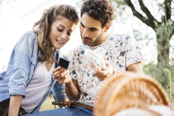 Romantisches Paar mit einem Selfie mit einer Vintage-Kamera in der Toskana Land