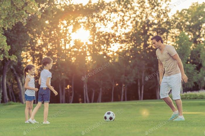 Familie Fußball spielen