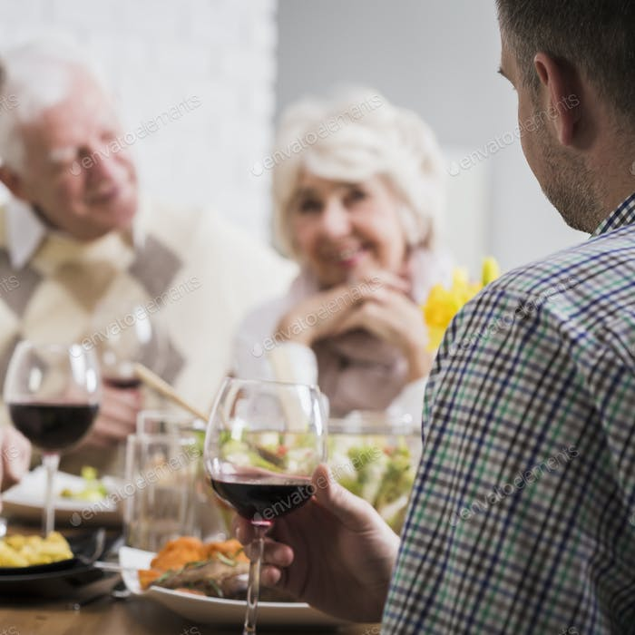 Mature and young marriages during family dinner